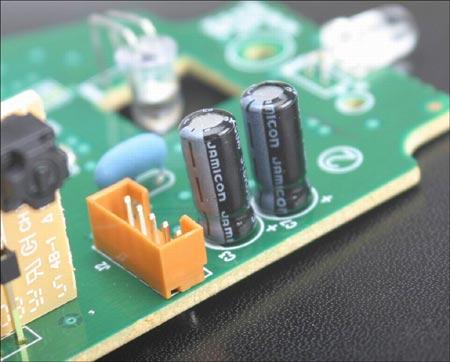 图为:线路板上的电容采用了名牌产品jamicon的产品