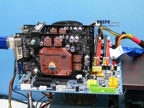 在文中我们已提到nVidia并没有授权Intel i975X晶片组支援SLi技术,因此i975X虽然支援Dual Graphics x8 + x8架构,但却不能在Forceware驱动程式中找到SLi选项,但这并不i975X的技术问题,而是纯粹市场策略。如果大家还记得一年前我们曾报导过Gigabyte推出了一片Dual Gprahics的i915P主机板,当时还提供了一个驱动程式是可让Intel平台运行SLi的版本为72.